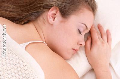 Junge Frau im Traumland - ein gesunder Schaf ist wichtig für die Gedächtnisleistung.