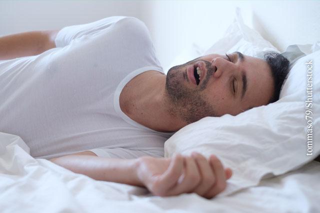 Auf der Seite statt auf dem Rücken zu schlafen ist eine Möglichkeit, um Schnarchen zu vermeiden.