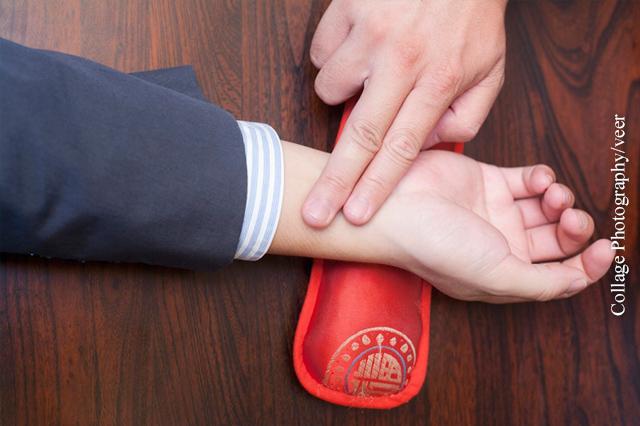 Die Unterarmarterie finden Sie an der Innenseite des Unterarms unterhalb des Daumens.